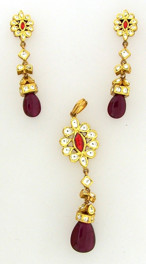 Ladies Gold Pendant With Earrings